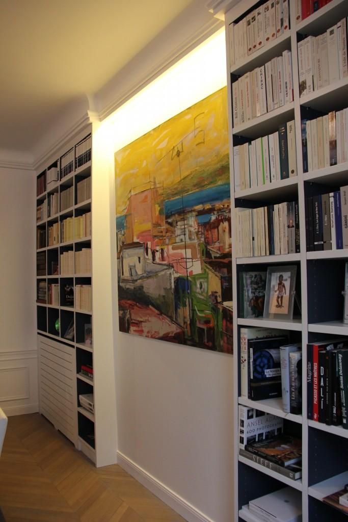 Bibliothèque en medium sur mesure avec éclairage intégré, cache-radiateur et prolongement de moulures
